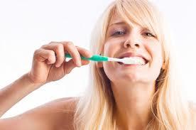 Žmonės, valantys savo dantis šepetėliu du kartus per dieną, per metus nuo savo dantų pašalina 14 gramų apnašų.