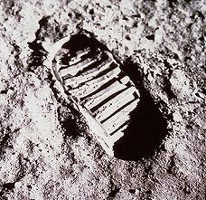 """Jis buvo pirmasis žmogus, žengęs Mėnulio paviršiumi (1969 07 21). Antruoju tapo jo bendrakeleivis Edvinas Oldrinas, kartu vykęs mėnuleigiu """"Eagle"""". […]"""