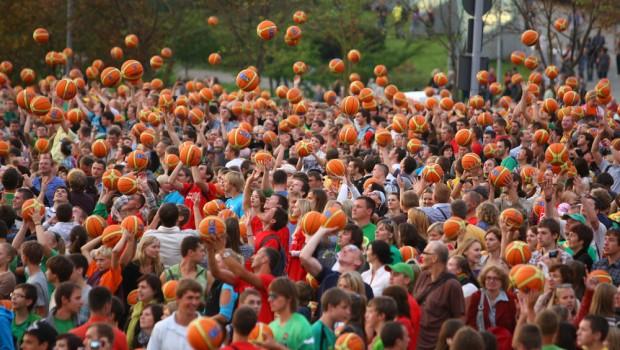 Per oficialią Europos krepšinio čempionato šventę kamuolio mušinėjimo rekordo siekė visa Lietuva. Aistruolių zonose prie sporto arenų Klaipėdoje, Panevėžyje, Šiauliuose […]