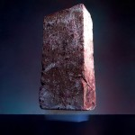 2.5 kilogramų plyta ant 2 gramų aerogelio plokštelės