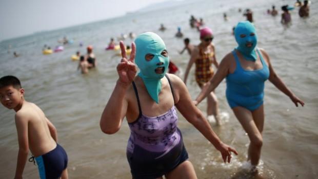 Rytinėje Kinijos pakrantėje esančio Šandongo provincijos Čingdao miesto paplūdimiuose moterys saugosi nuo saulės ne tepdamosi įvairiais apsauginiais kremais ar losjonais, […]