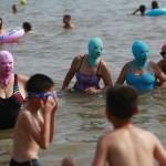 Paplūdimyje kinės dėvi veido kaukes