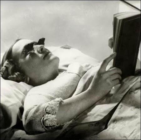 Akiniai skaitymui atsigulus (1936)