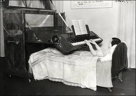 Pianinas kuriuo galima groti gulint lovoje (1935)